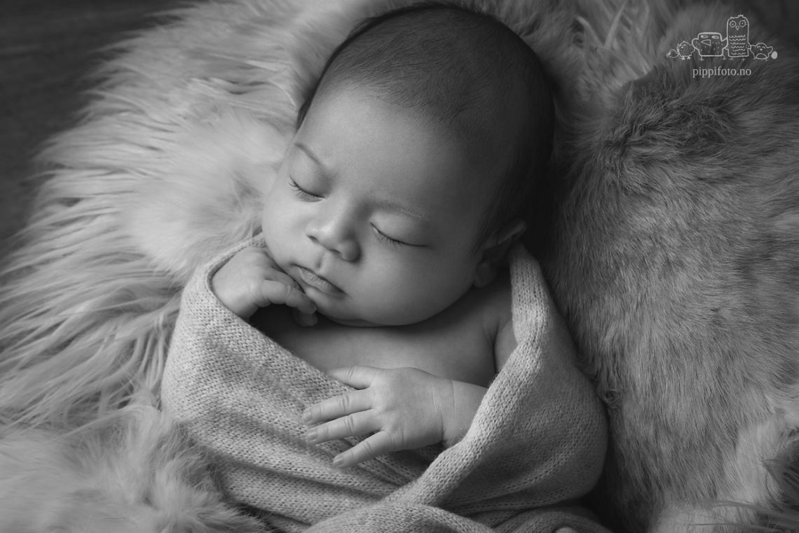 sort-hvitt-babybilder-babyfotografering-nyfodtfoto-oppegard-familiefotografering